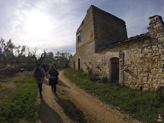 Da Lamacupa verso la via vecchia per Barletta. Torre Bucci del 1856 ed i resti del suo jazzo