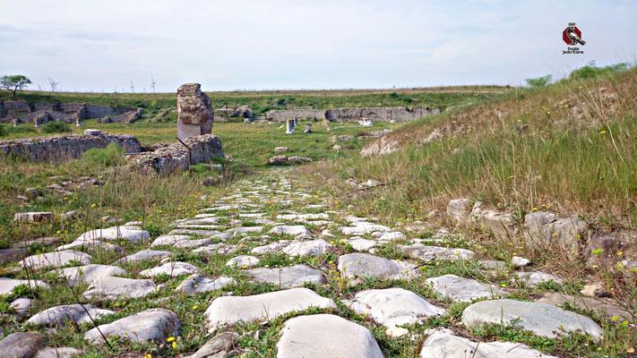 La Via Traiana, realizzata dall'Imperatore Traiano nel 109 d.C. per collegare Benevento a Brindisi, in alternativa alla Via Appia, divenne rapidamente la più importante strada per l'attraversamento della Puglia