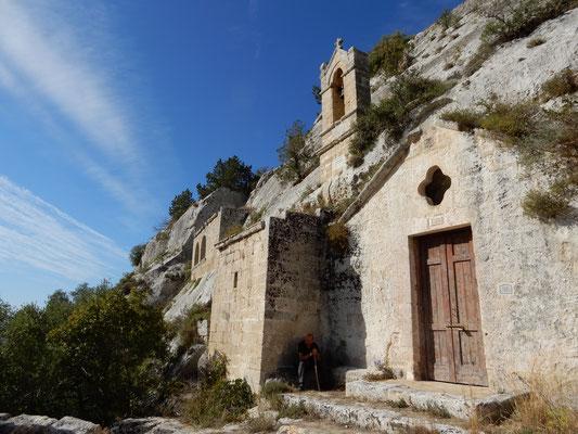All'esterno un campanile a vela e da due loggiati laterali. Nell'interno alcuni affreschi quale la Crocifissione e due confessionali rupestri