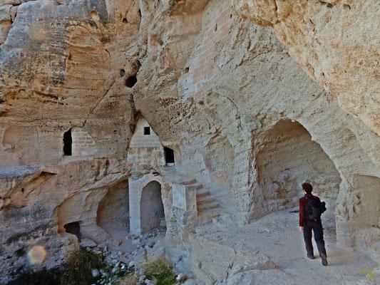 La Chiesa rupestre San Nicola all'Ofra, con le sue sembianze ricorda molto i paesaggi della Giordania, con gli ambienti scavati nella rupe che comunicano tra loro, creano cunicoli, scalinate, cisterne, chiese, sviluppandosi su ben tre livelli di altezza
