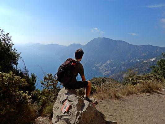 Da questo punto del sentiero, si può ammirare la nostra meta, Positano, i Monti Lattari ed anche le Isole Li Galli, dimora delle sirene ammaliatrici dalle quali Ulisse riusci a sfuggire aiutato dagli Dei.