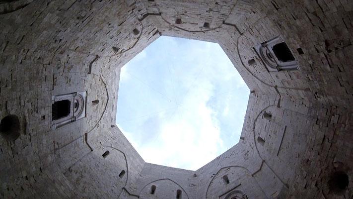 Contenitore di enigmi e misteriosi segreti, ma il castello rivela la sua natura di maniero medievale, ricco di simboli come la rappresentazione in pietra della corona ottagonale degli Svevi