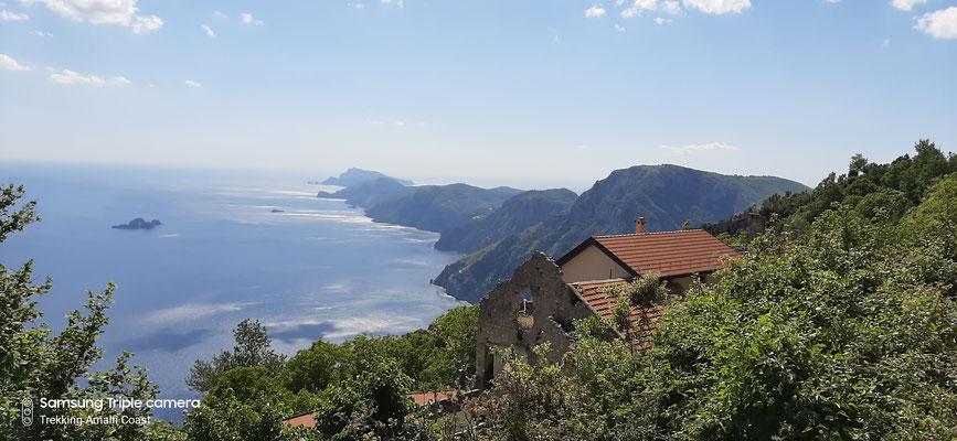 Da qui lo sguardo può spaziare fino a poter ammirare la punta del promontorio della penisola sorrentina