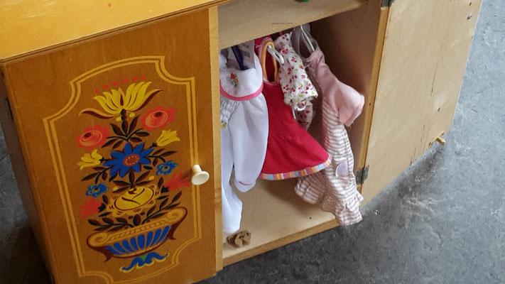 Puppenschrack 119,- Puppenkleider ca 10,-