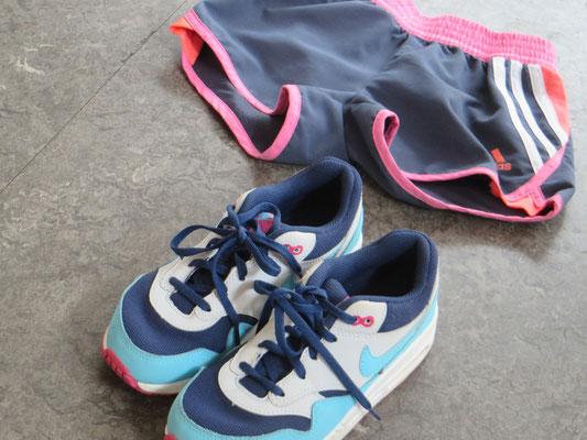 Nike - 33 - 39.50 chf  / Shorts - Adidas /5-6J - 16.50 chf - Kinder Second Hand Zürich