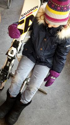 Nora trägt eine Skijacke von Poivre Blanc 6J - 79,-, Uggboots 32, 69,-...