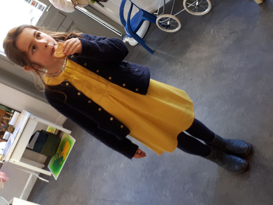 Alix trägt ein Kleid von CdC, 8,12 Jahre