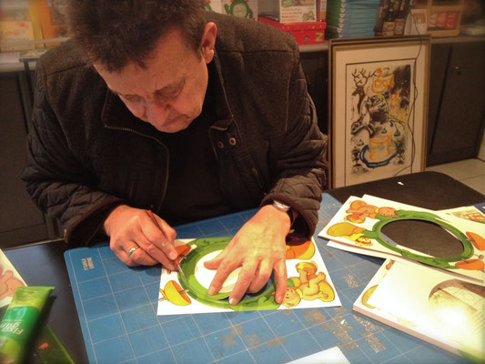 Hans Karl Zeisel beim Bau des Prototyps vom Ticki Tack Uhrzeit-Lernbuch