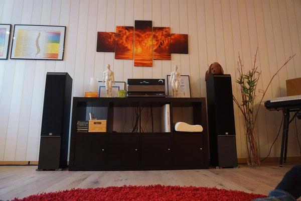 Blick auf die Musikanlage für Meditationen, E-Piano, Klangliege
