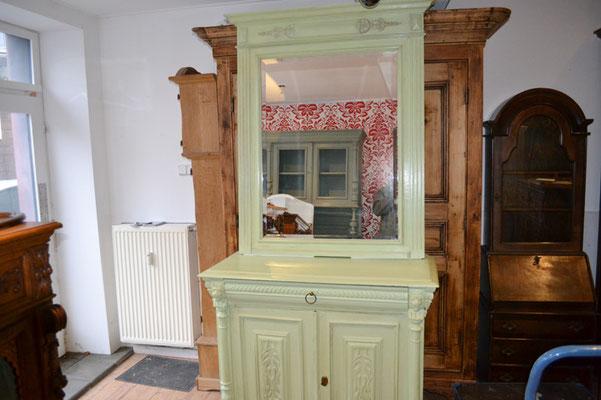 antike Kommode mit Spiegel bei Nouvelle-Antique aus Aachen, mit Kreidefarbe gestrichen