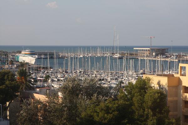 Blick aus dem Hotelzimmer auf den Yachthafen