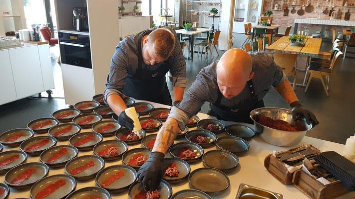 Kochschule, Kochkurse in Hamburg, Teil des Team Trend Studio & Loft bei der Arbeit