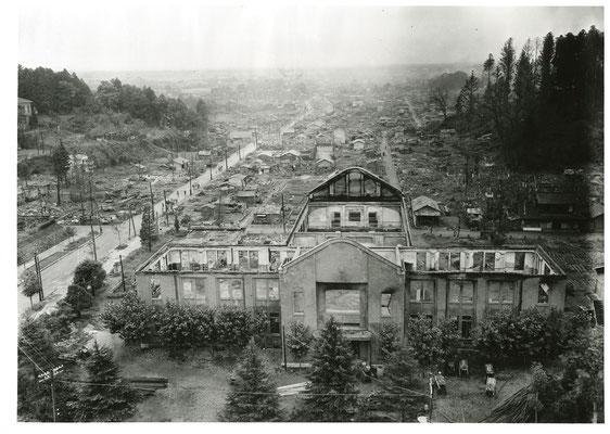 県庁前より東方を望む。手前の建物は焼失した商工奨励館。