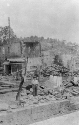 江野町・焼け跡に建つ少女