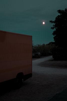 Altes Postauto unterm Mondschein auf dem Campingplatz Phare des Baleines