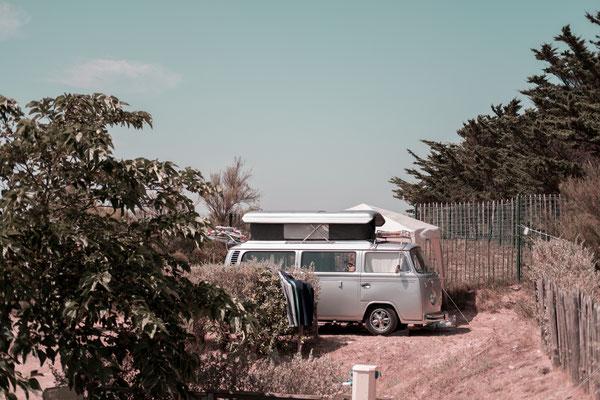 Ein alter VW Bus auf dem Campingplatz auf der Il de Re - campen im Wohnmobil zu Corona Zeiten.