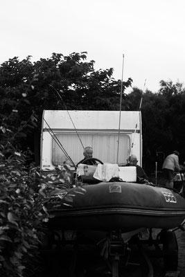 Campingplatz auf der Il de Re  - Wohnmobiil mit Surfbrettern im Hintergrund.