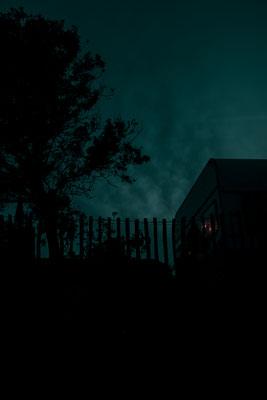 Blaue Stunde mit dem Umriss eines Wohnwagens im Mondschein auf der Il de Re