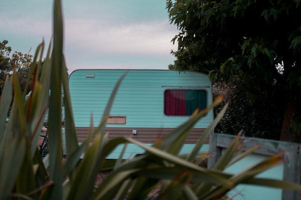 Wohmwagen auf der Il de Re hinter Sträuchern - Camping zu Corona Zeiten bei Phare des Baleines