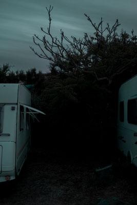 Blaue Stunde - Wohnwagen Szenerie auf der Il de Re.