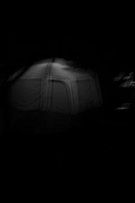 Nachtaufnahme eines Zeltes auf der Il de Re