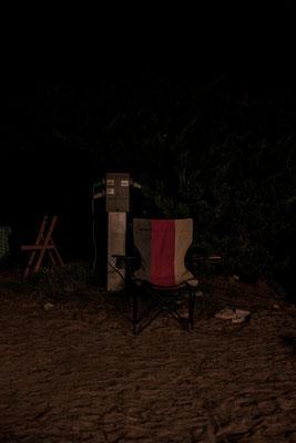 Nachtaufnahme eine Liegestuhls mit deutscher Flagge auf einem Campingplatz auf der Il de Re