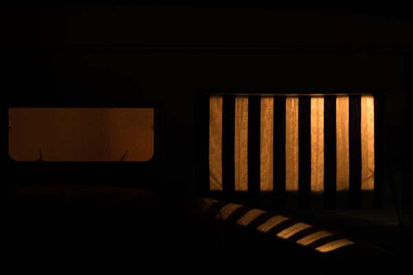 Nachtaufnahme der Wohnwagenfenster auf der Il de Re