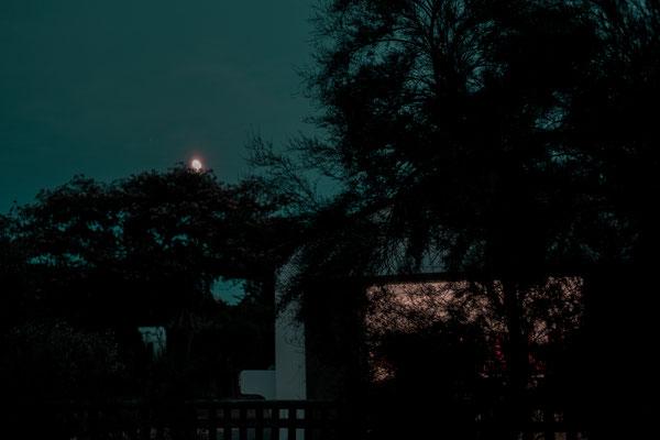 Der Mond steht am Himmel zur blauen Stunde auf dem Campingplatz auf der Il de Re bei Phare des Baleines