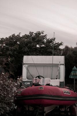 Schlauchboot vorm Wohnwagen - Camping auf der Il de Re während der Corona Krise.