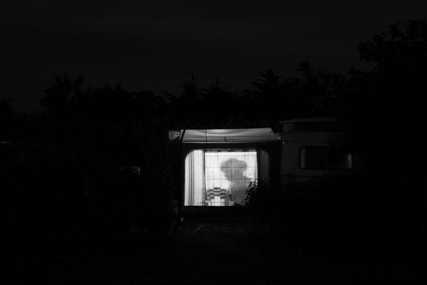 Campingplatz auf der Il de Re  - Nachtaufnahme eines Vorzeltes.