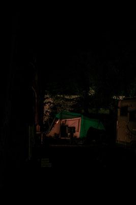 Nachtaufnahme eines leuchtenden Zeltes auf der Il de Re