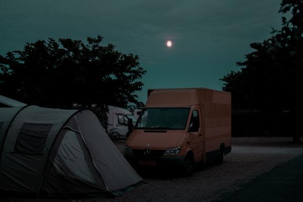 Ein altes Postauto zur blauen Stunde auf der Il de Re Phare des Baleines - Camping unter dem Mond zu Corona Zeiten.