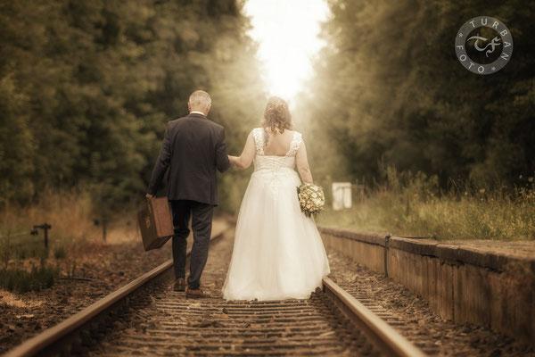Brautpaar auf Bahnschienen Hochzeit Fotograf