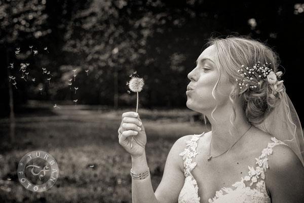 Braut mit Pusteblume