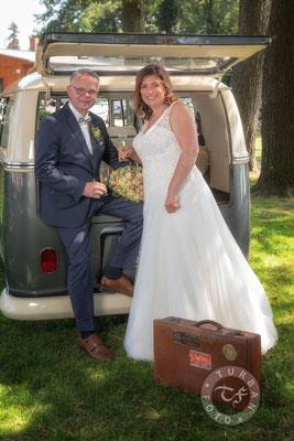 Brautpaar mit Brautauto Shooting zur Hochzeit
