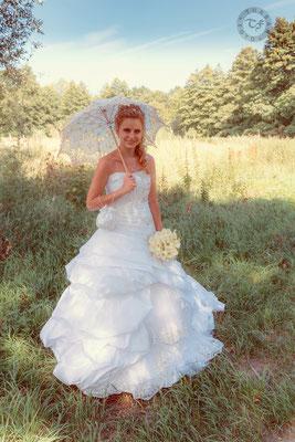 Braut mit weißem Schirm