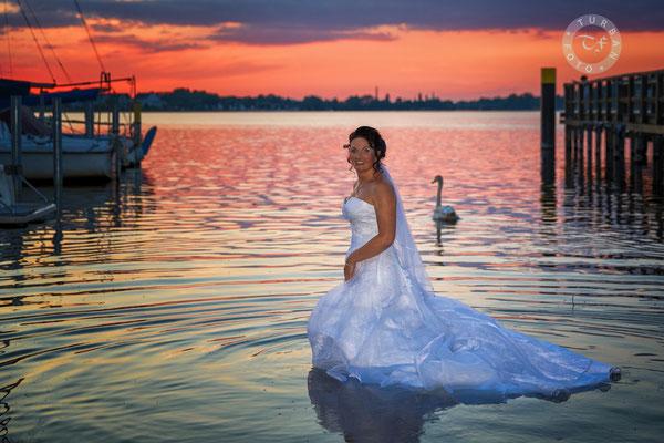 Braut im Wasser mit Schwan im Sonnenuntergang Caputh