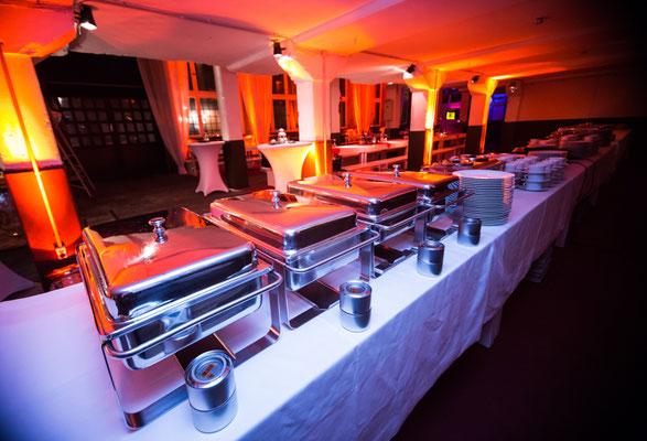 Warmes Buffet wartet auf die Gäste