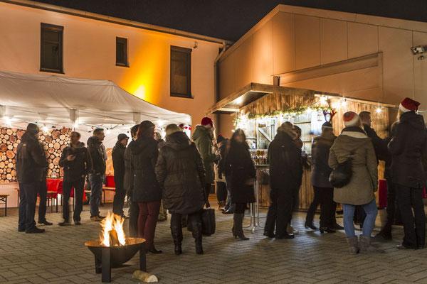 romantisch beleuchteter Weihnachtsmarkt mit Feuer