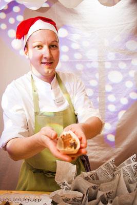 Standbesitzer mit Bratwurst und Weihnachtsmütze