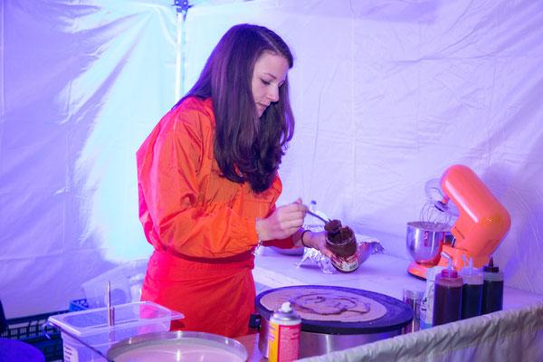 Mitarbeiterin bereitet nutella Crepe zu