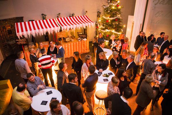voller Weihnachtsmarkt mit geschmücktem Tannenbaum