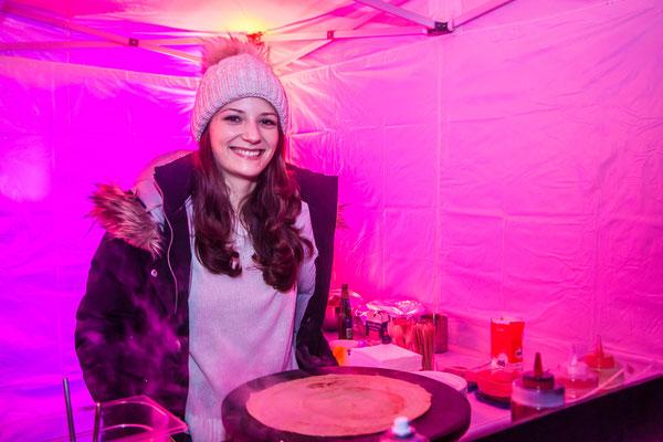 strahlendes Mädchen bereitet Crepes zu