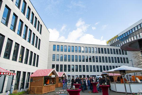 Weihnachtsmarkt mit strahlend blauen Himmel