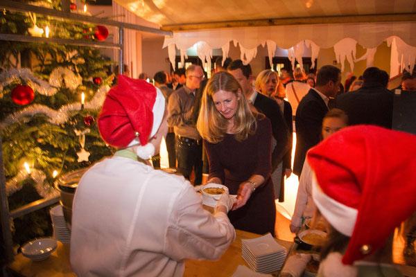 Glühweinstandmänner mit roten Weihnachtsmützen