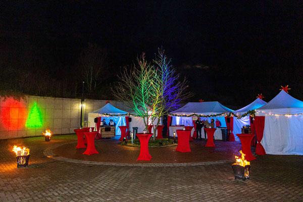 Rote Stehtische und weihnachtliche Beleuchtung