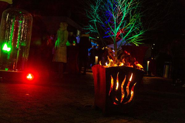 Gemütlicher Feuerkorb und bunte Beleuchtung