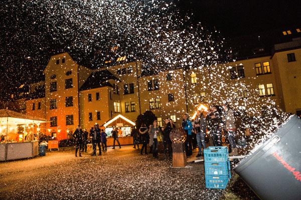 Schneemaschine zaubert wahres Weihnachtsdorf