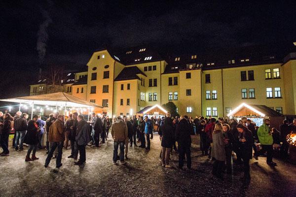 riesiger Weihnachtsmarkt mit vielen zufriedenen Gästen