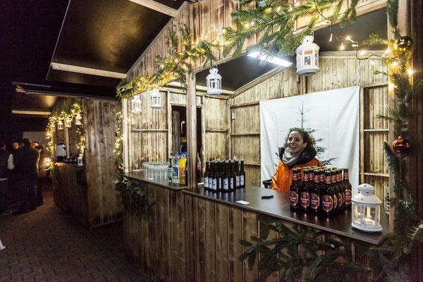 Fröhliche Getränkestandbesitzerin